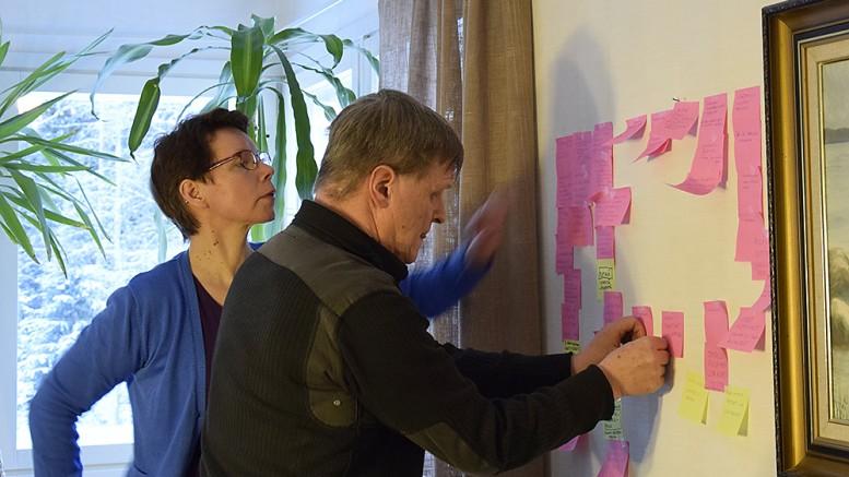 Paula Häyrinen ja Heimo Mattila laittoivat sunnuntaina esille Pataveden kyläkokouksessa esitettyjä toiveita. Niiden pohjalta ryhdytään luomaan uutta kyläsuunnitelmaa.