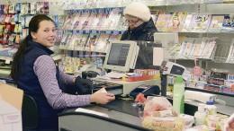 Eila Carlson teki ostoksia maanantaina päivällä K-market Kipparissa. Hänen asiointiinsa aukioloaikojen muutokset eivät vaikuta, sillä hän ei halua enää illalla lähteä Kokonniemestä kauppaan. Carlsonia palveli Helmi Puustinen.