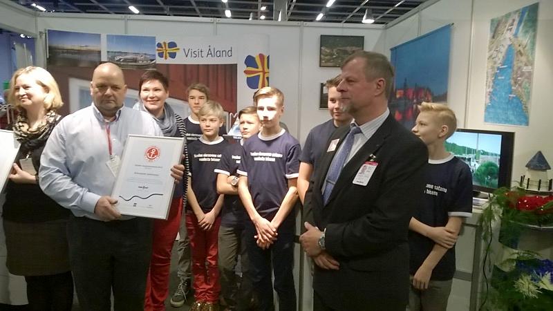 Sataman yrittäjät ja satamapojat vastaanottivat palkinnon Vene-messuilla perjantaina.