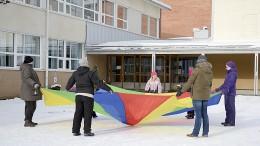 Talvirieha alkoi taiteilulla värikkään leikkivarjon kanssa. Kuva: Anna Karhila