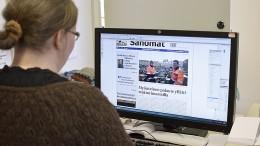 Toimittaja Anna Karhila lähetti uudistuneen lehden painoon tiistaina iltapäivällä. Kuva: Päivi Hotokka