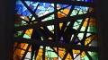 Jaakko Somersalon lasitaideteos Papinsaaren kappelissa on yksi Kuhmoisten seurakunnan arkkitehtuurin helmiä. Kuva: Päivi Hotokka