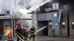 Hallia sammuttamassa oli pelastuslaitoksen yksiköitä Kuhmoisista, Jämsästä ja Jyväskylästä. Kuva: Päivi Hotokka