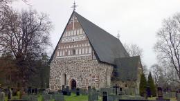 Hollolan päätöksen myötä Kuhmoisten seurakunta on palaamassa keskiaikaisen emäseurakuntansa yhteyteen. Kuvassa Hollolan keskiaikainen kivikirkko. Kuva: Wikimedia Commons.