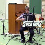 Eljas Liehu lähetti yläkoululaiset ja lukiolaiset kesälomille Enkelten lento -kappaleen sävelmin. (Kuva: Tuomo Hyttinen)