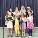 Kuoro esitti kevätjuhlassa kappaleet Don't you worry child ja Maailman toisella puolen. (Kuva: Tuomo Hyttinen)