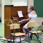 Milla Peltonen soitti ja lauloi Anna Puun kappaleen Kohta vapaita. (kuva: Tuomo Hyttinen)