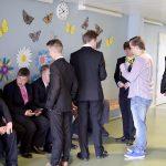 Yhtenäiskoulun pojat viilasivat juhlatamineitaan kuntoon muutama minuutti ennen tilaisuuden alkua. (Kuva: Tuomo Hyttinen)