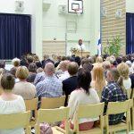 Yhtenäiskoulun sali oli kevätjuhlassa melko hyvin täynnä. (Kuva: Tuomo Hyttinen)