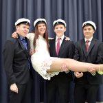 Keväällä 2016 Kuhmoisten lukiosta valmistui neljä ylioppilasta. Ylioppilaskvartetin miehet ottivat Helmi Puustisen kantoon. (kuva: Tuomo Hyttinen)
