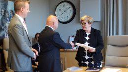 Unto Sarvala luovutti adressin kunta- ja uudistusministeri Anu Vehviläiselle. Seuraavana kättelyvuorossa kunnanhallituksen puheenjohtaja Kimmo Malin.