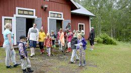 Velisjärven leirikeskuksessa on pidetty rippileirien lisäksi muun muassa kehitysvammaisten ja vanhusten leirejä sekä kunnan kesäleirejä. Kuva kesältä 2016 kunnan kesäleiriltä.