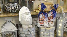 Kuhmoisten Taloushallissa joulu näkyy jo monella hyllyllä. – Lyhtyjen, kynttilöiden ja joulukoristeiden lisäksi meillä on kaikenlaista lahjaksi sopivaa esimerkiksi lapsille, yrittäjä Eija Roustio vinkkaa.