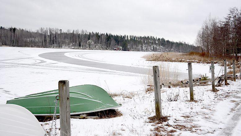 Papinsaaren venepaikkojen tuntumasta lähtee jäälle ura, joka vielä torstaina oli houkuttelevan kirkas vaikka luistinten alle. Kuva Anna Karhila