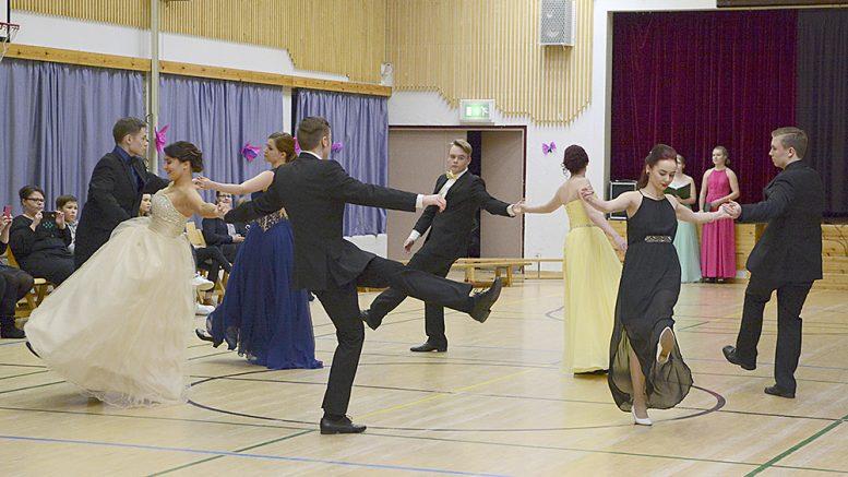 Vanhojen tanssit aloitti cickapoo, tässä meneillään on vauhdikas Salty Dog Rag. Kuva Anna Karhila.
