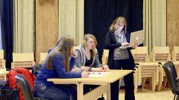 Päiväkodin pääsuunnittelija, arkkitehti Anne Ranta-Eskola keräsi päiväkotiverstaassa osallistujien ideoita. Kuva Anna Karhila.