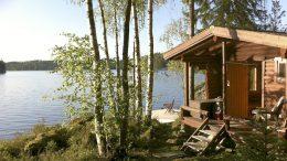 Kesäkuhmoislaisen Liisa Blomroosin sauna sijaitsee Isojärven rannalla. Kuva suorastaan kutsuu saunomaan ja pulahtamaan raikkaaseen veteen!