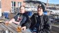 Tuomas Peltonen ja Henri Östman nauttivat kevään ensimmäiset terassioluet Sahanrannassa kiirastorstaina.