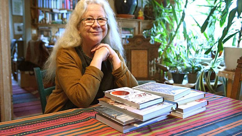Sirkka-Liisa Ranta ei mielellään laske kirjoihinsa kuluneita työtunteja. Kuvassa on vain osa teoksista. Kuva: Anna Karhila.